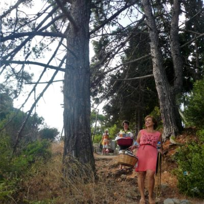 walking-to-the-location-for-outdoor-painting-at-the-picturesque-poros-seashore(12)